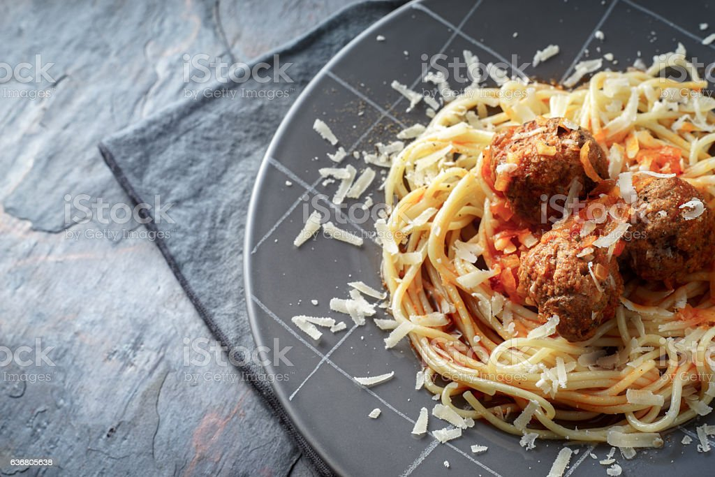 Spaghetti with meatball in grey plate on the stone background Lizenzfreies stock-foto