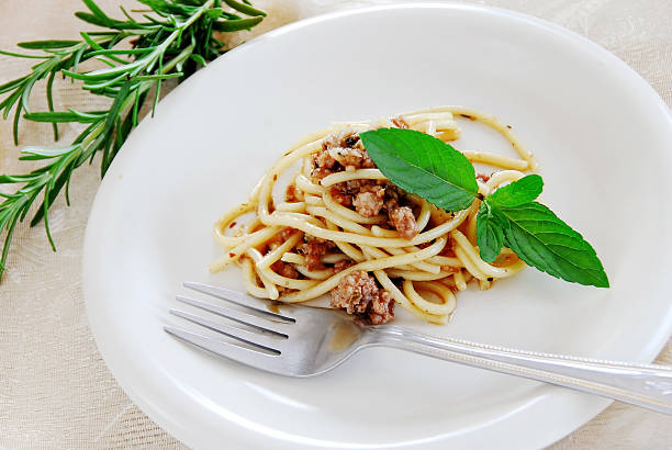 spaghetti with minced meat - portion bildbanksfoton och bilder