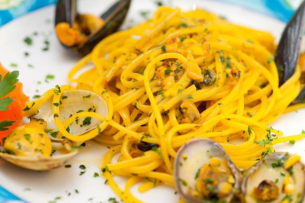 spaghetti mit muscheln und safran. - safransauce stock-fotos und bilder
