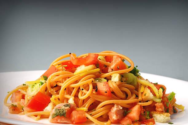 spaghetti mit lachs - spaghetti mit lachs stock-fotos und bilder