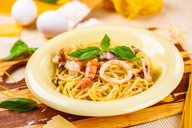 spaghetti med skaldjur och parmesanost i beige plåt - pasta vongole bildbanksfoton och bilder