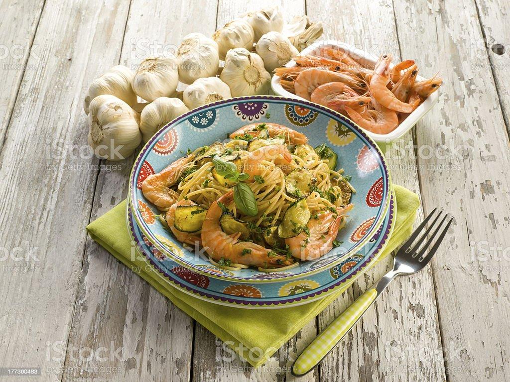 spaghetti mit Shrimps und zucchinis – Foto