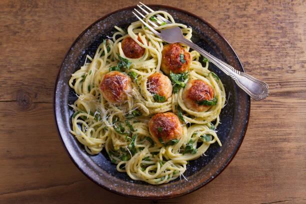 spaghetti mit spinat und hähnchen frikadellen. pasta mit hackbällchen - spaghetti mit spinat stock-fotos und bilder