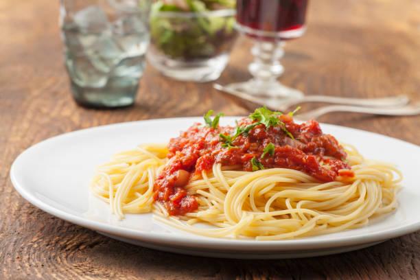 접시에 토마토 소스 스파게티 - 스파게티 뉴스 사진 이미지