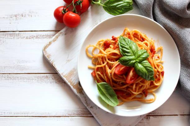 spaghetti al sugo di pomodoro. - pasta foto e immagini stock