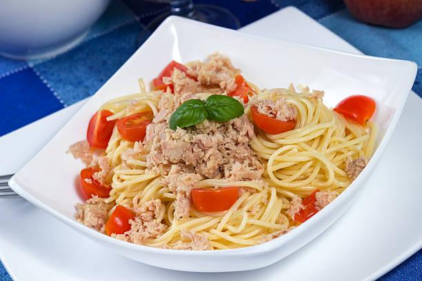 spaghetti mit thunfisch und tomaten - spaghetti mit lachs stock-fotos und bilder