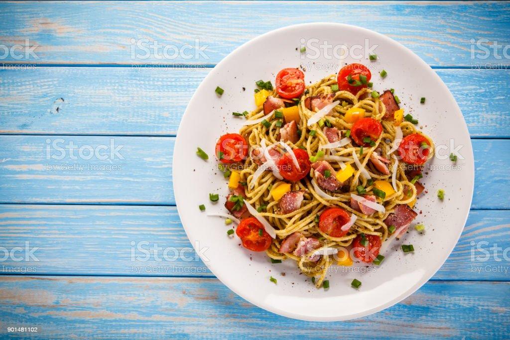 Spaghetti mit Gemüse und Speck – Foto
