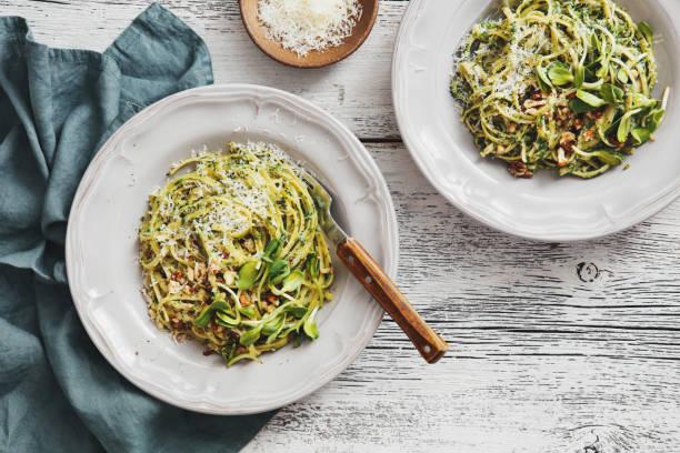 espaguete com legumes, espinafre e parmesão - comida italiana - fotografias e filmes do acervo