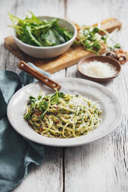 spaghetti mit gemüse, spinat und parmesan - spaghetti mit spinat stock-fotos und bilder