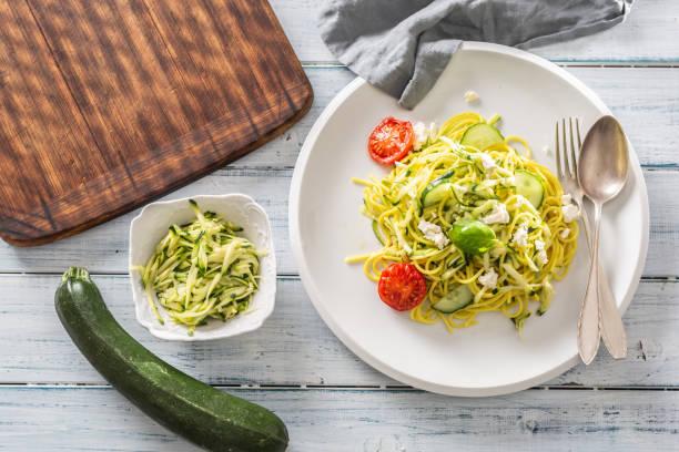 Spaghetti Zucchini rohe vegane Pasta mit Feta-Käse-Gurke und Basilikum – Foto