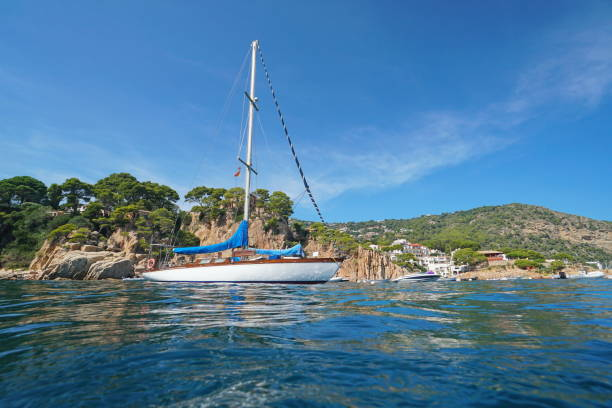 España un velero cerca de la costa rocosa Costa Brava - foto de stock