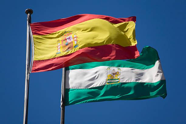 españa y banderas de andalucía - andalusian flag fotografías e imágenes de stock