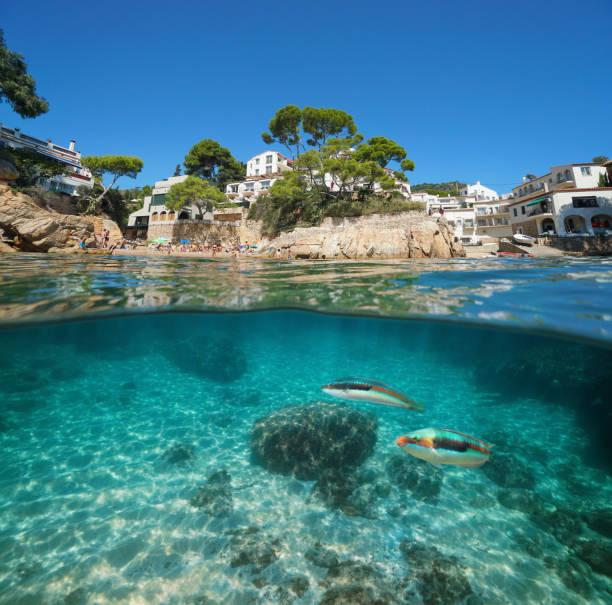 Pueblo costero de España y pesca submarina - foto de stock