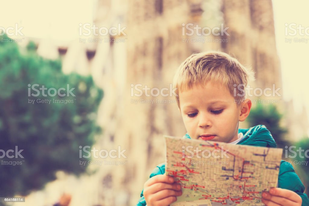 Viajes España - niño mirar mapa en Barcelona - foto de stock