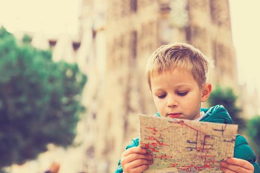Viajes España Niño Mirar Mapa En Barcelona Foto de stock y más banco de imágenes de Aire libre