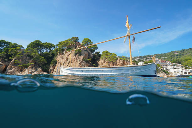 España típico barco mediterráneo amarrado - foto de stock