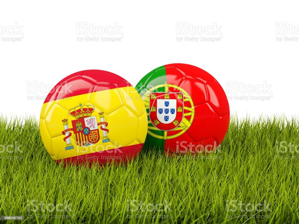 España vs Portugal. Concepto de fútbol. Balones de fútbol con banderas sobre verde hierba - foto de stock