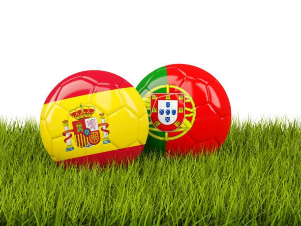 spanien vs portugal. fotboll-konceptet. fotbollar med flaggor på grönt gräs - football portugal flag bildbanksfoton och bilder