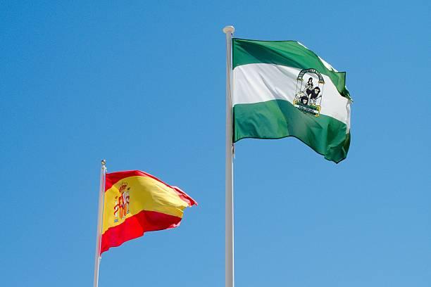 español y banderas de andalucía - andalusian flag fotografías e imágenes de stock