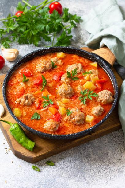 스페인 요리와 멕시코 음식 - 알본다디가스. 미트볼과 야채를 곁들인 뜨거운 스튜 토마토 수프. 텍스트에 사용할 수 있는 여유 공간입니다. 스톡 사진