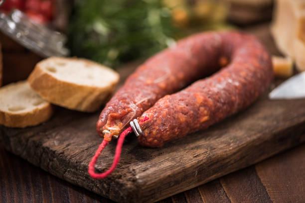 spanische chorizo-wurst, tapa-bar-essen - chorizo wurst stock-fotos und bilder