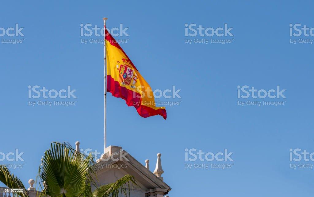 Bandeira espanhola sobre prédio - foto de acervo