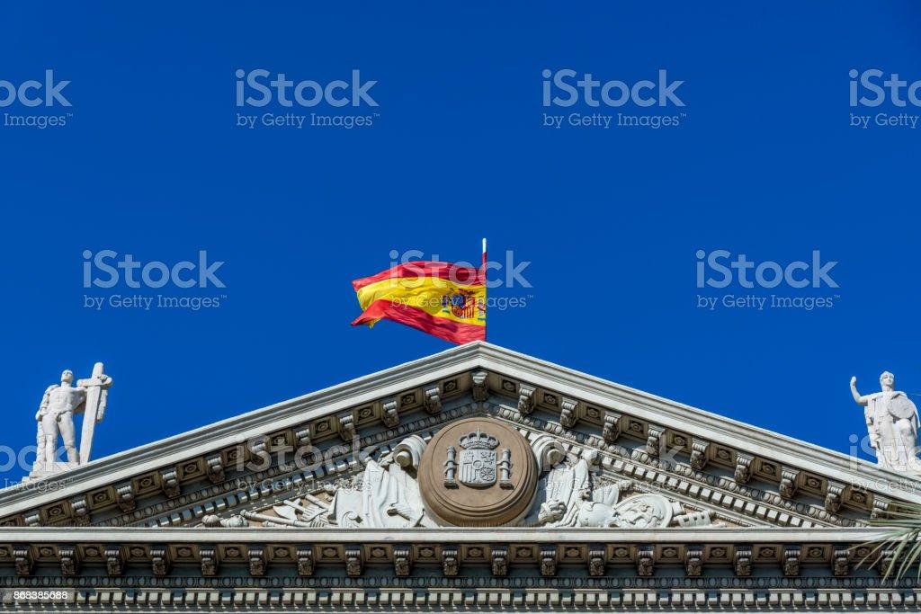 Bandeira de espanhol na construção em Barcelona, Espanha - foto de acervo