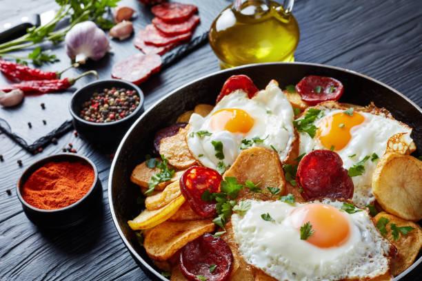 spanisch gebratene eier mit kartoffeln, nahaufnahme - chorizo wurst stock-fotos und bilder