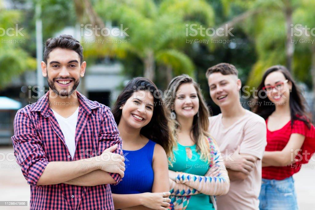 Hombre hipster español con jóvenes hombres y mujeres en línea - foto de stock