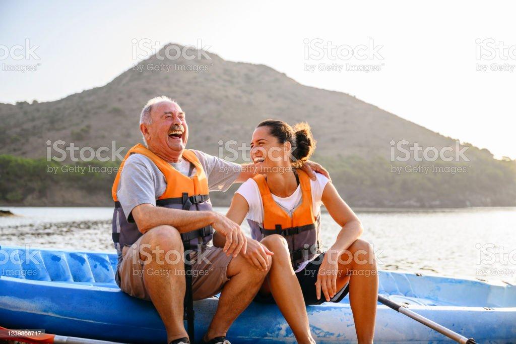 Homme et femelle espagnols appréciant le kayak tôt le matin - Photo de Activité de loisirs libre de droits