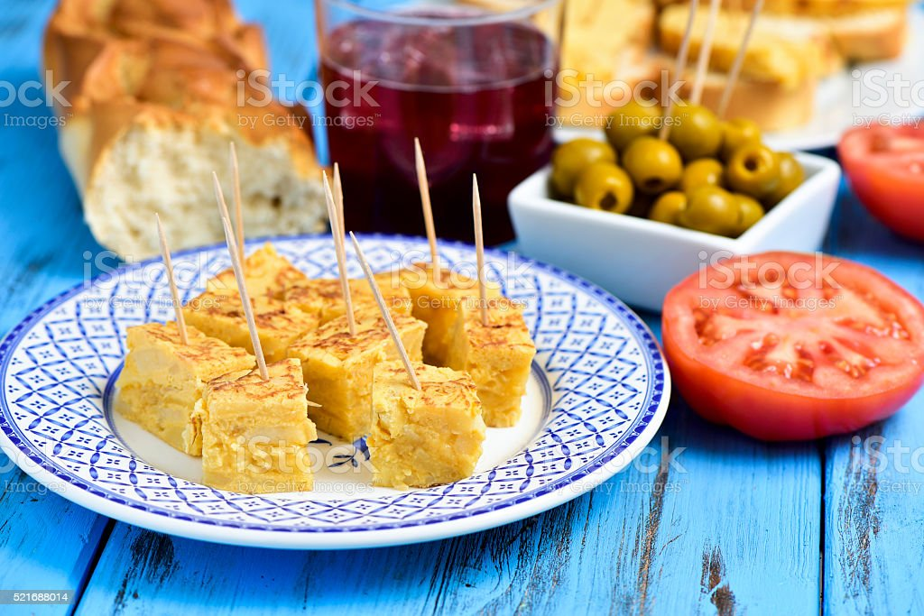 Tortilla de patata, aceitunas y Tinto de verano foto de stock libre de derechos