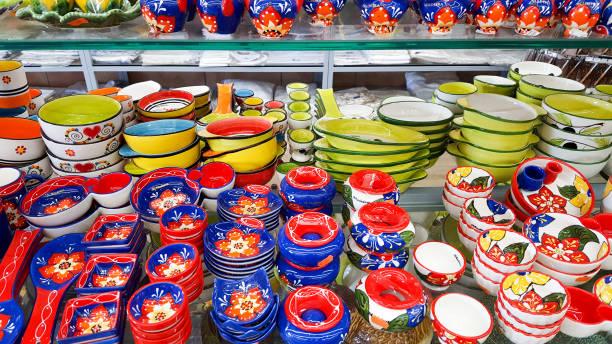 spanisch oder portugisian souvenir keramik mit typischen bunten muster - teller kaufen stock-fotos und bilder