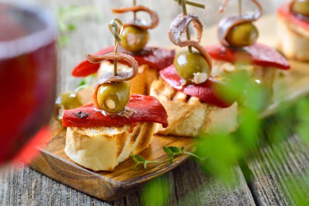 Spanische Pinchos mit Rotwein – Foto