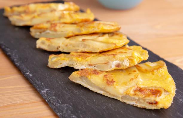 spanische kartoffel-tortilla - kartoffel frittata stock-fotos und bilder