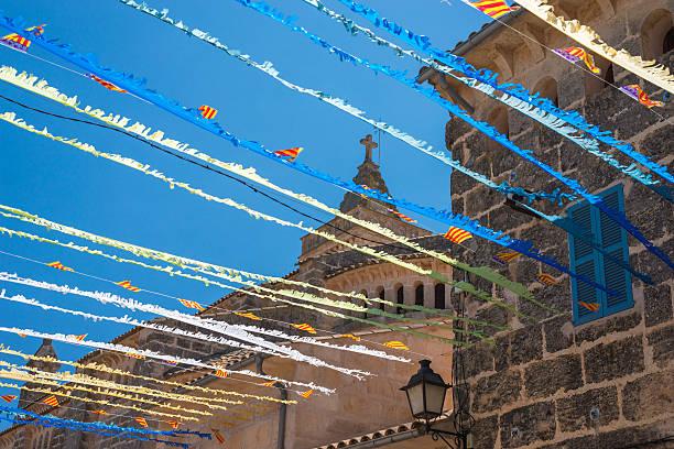 spanische street bunting (4) - horizontal gestreiften vorhängen stock-fotos und bilder