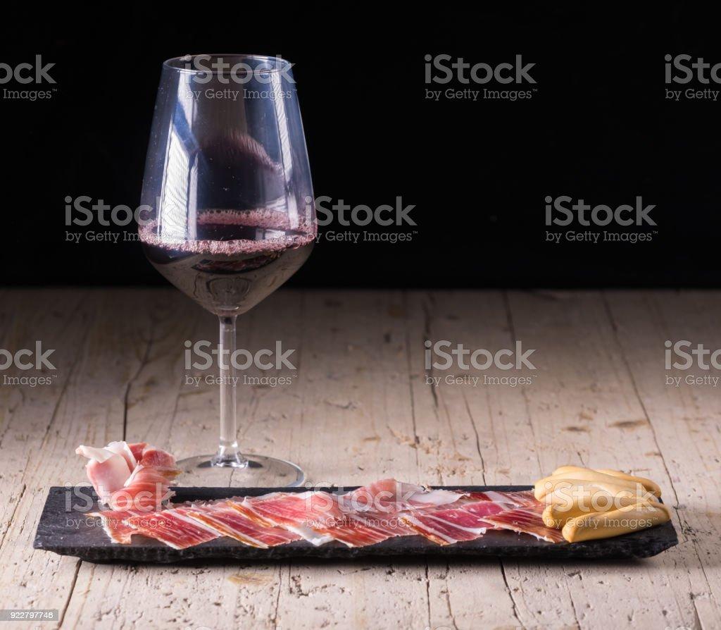 Tapas españolas, lomo ibérico, chorizo. Jamón ibérico de bellota y vino - foto de stock