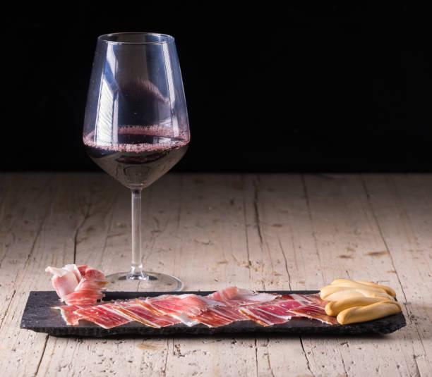 스페인 타파스, 이베리아 허리, 소시지입니다. 이베리아 도토리 햄과 와인 - 이베리아 반도 뉴스 사진 이미지