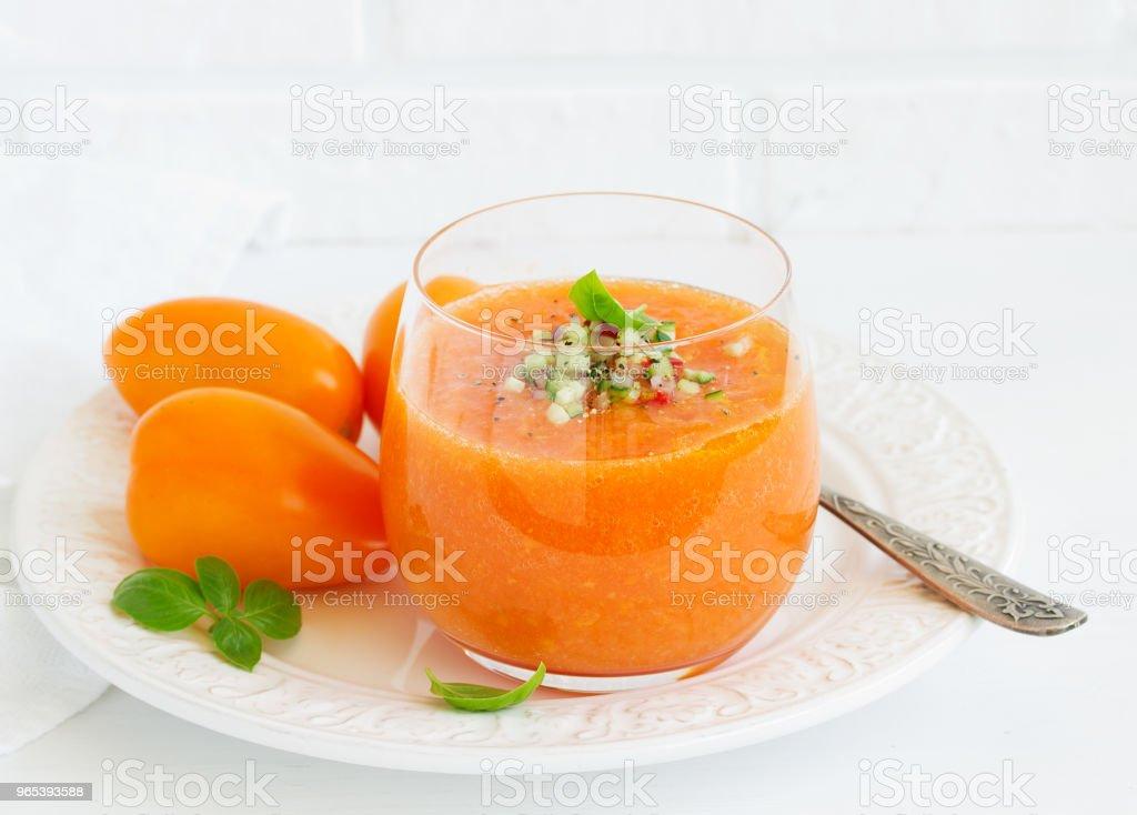 Sopa de tomate espanhol com gaspacho de tomate amarelo. - Foto de stock de Alho royalty-free