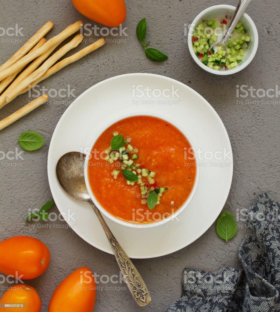 노란 토마토에서 가스 파초와 스페인 토마토 수프입니다. - 로열티 프리 0명 스톡 사진