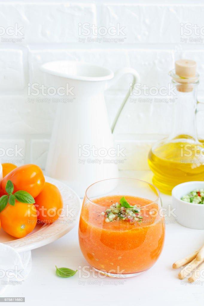 Spanische Tomatensuppe mit Gazpacho aus gelben Tomaten. - Lizenzfrei Fotografie Stock-Foto