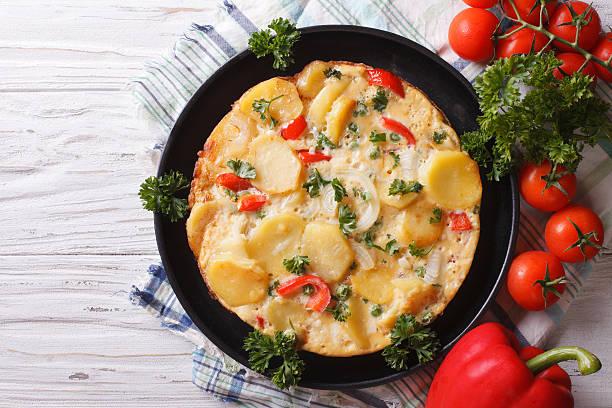 spanische tortilla mit kartoffeln auf einem spa. horizontale ansicht von oben - kartoffel frittata stock-fotos und bilder