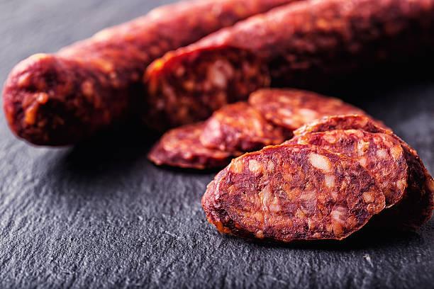 스페인 전통 쵸릿죠 소시지, 신선한 허브, 마늘, 단고추. - 이베리아 반도 뉴스 사진 이미지