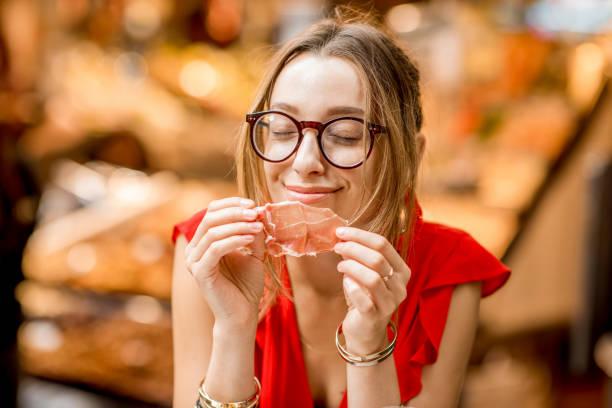 스페인 여자 jamon 시장에서 먹는 - 이베리아 반도 뉴스 사진 이미지