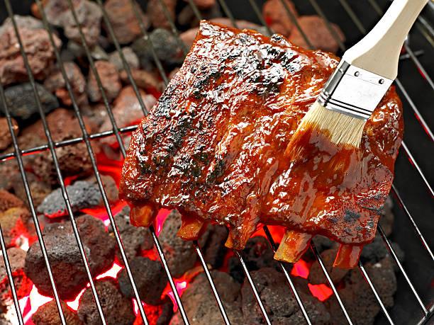 spare ribs - marinade für grillfleisch stock-fotos und bilder
