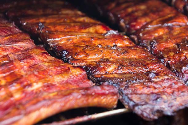 Costeletas suínas no grill-costela suína defumada - foto de acervo