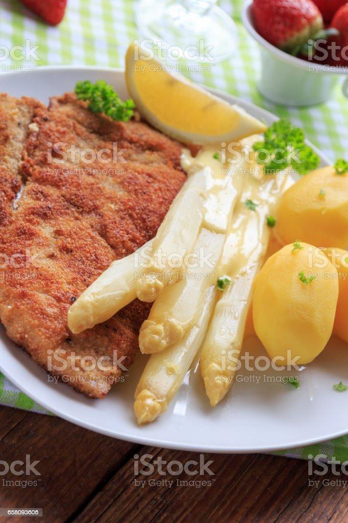 Spargel mit Schnitzel und Salzkartoffeln royalty-free stock photo