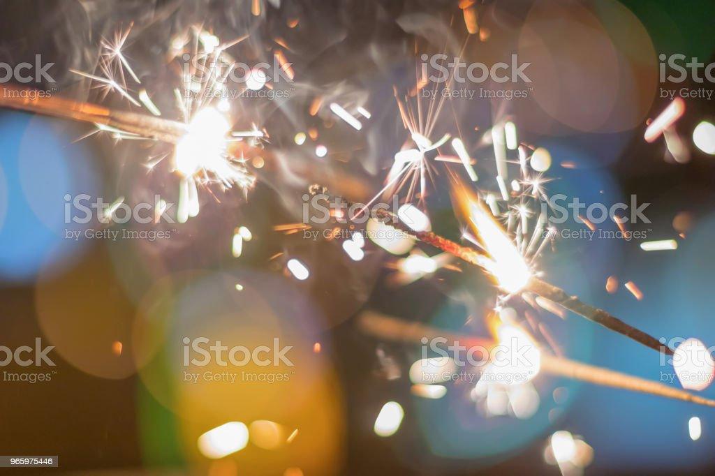 Tomtebloss Bokeh färgglada tomtebloss. Natt bakgrund med ett tomtebloss. - Royaltyfri Aktivitet Bildbanksbilder