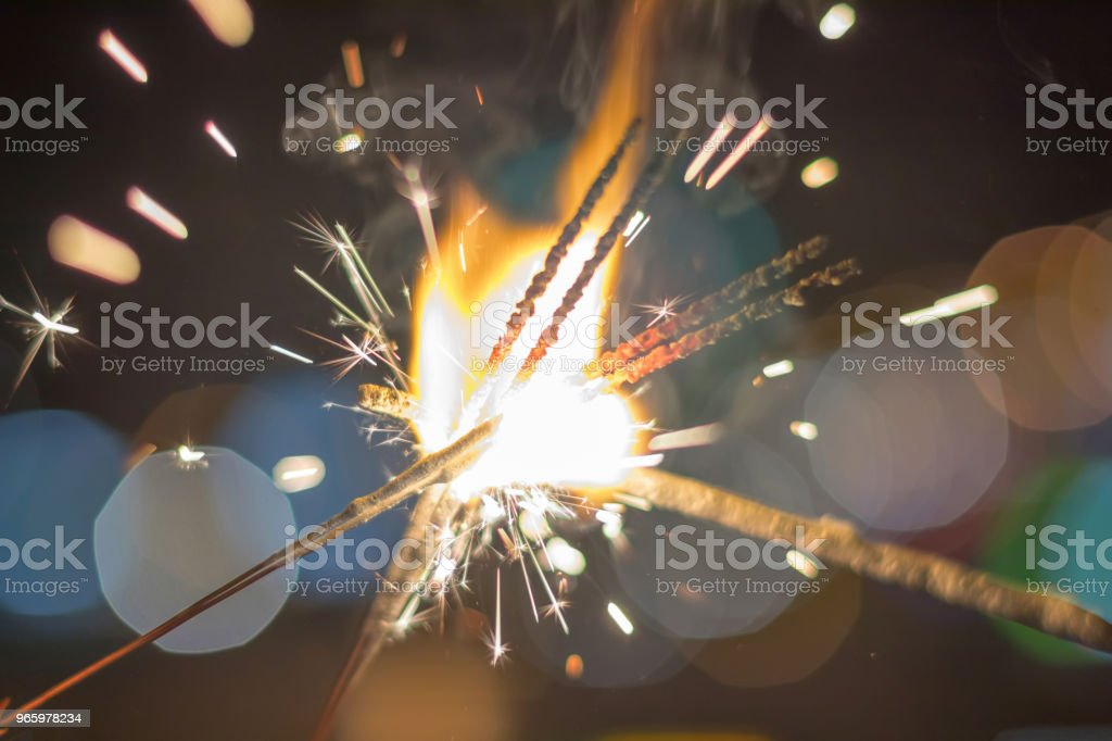 Wunderkerze bunten Bokeh Wunderkerze. Nacht-Hintergrund mit einer Wunderkerze. - Lizenzfrei Aktivitäten und Sport Stock-Foto