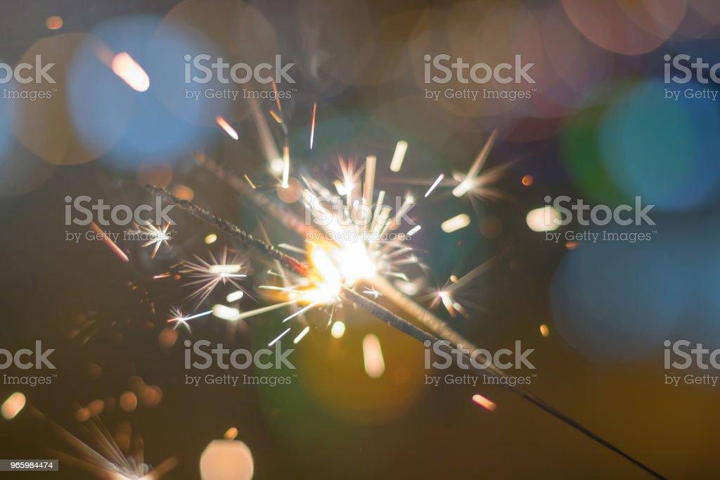 Sparkler Bokeh kleurrijke sparkler. De achtergrond van de nacht met een sparkler. - Royalty-free Activiteit Stockfoto