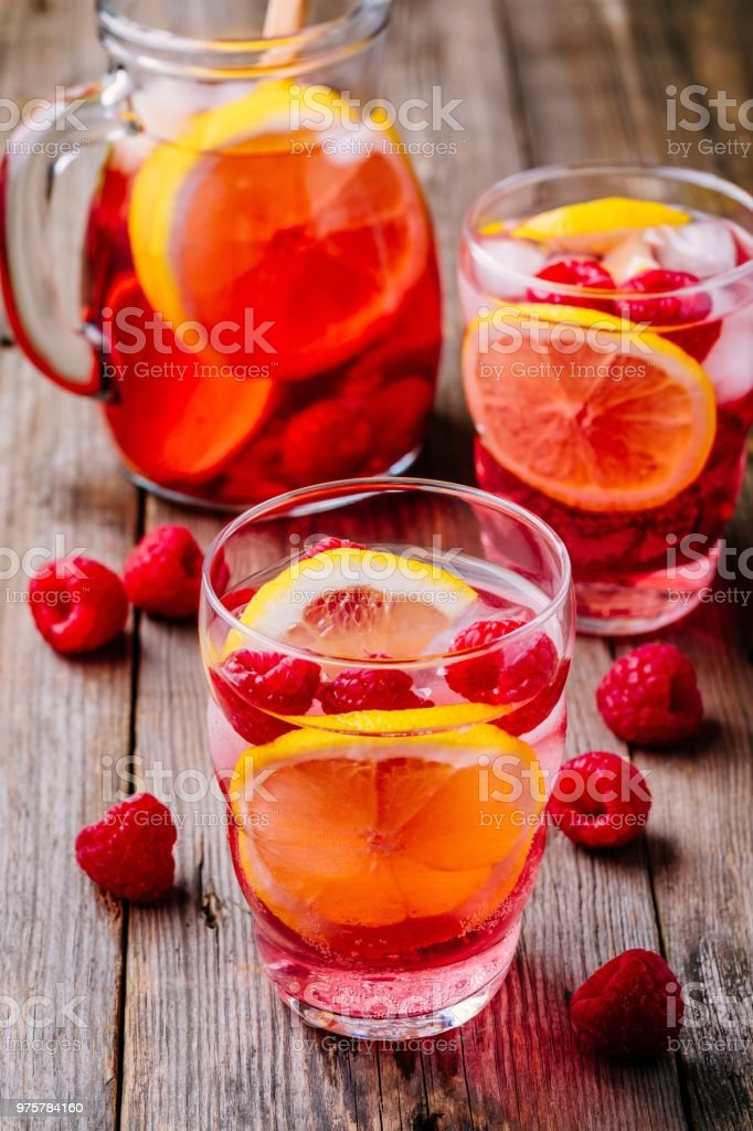 Funkelnde Zitrone Himbeer Limonade Sangria in Glas auf hölzernen Hintergrund - Lizenzfrei Alkoholfreies Getränk Stock-Foto